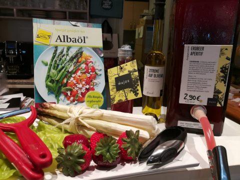 Spargelzeit Erdbeer Aperitif Zitrone auf Olivenöl Albaöl Rezept Sparschäler Erdbeerpinzette